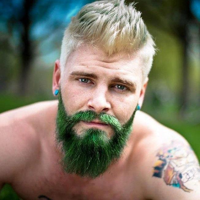 Мужчина с окрашенной бородой